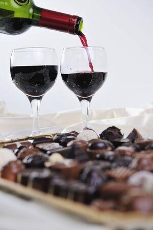 truffe blanche: praline de luxe et doux et le chocolat avec une d�coration bouteille et les verres � vin