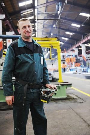 fabrikarbeiter: Menschen Manofacturing Maschinenbau mit gro�en modernen Computer-Dosiersortierkomplexe