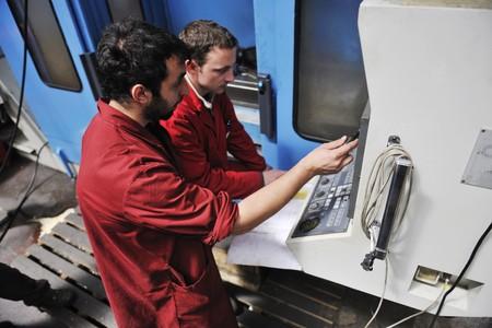 manufactura: Ingenier�a de la industria de manofacturing de personas con equipo moderno de gran mashines