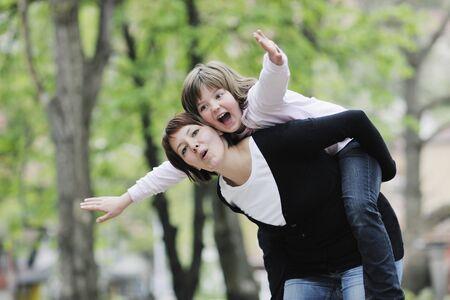 felice mamma e figlia si divertono all'aperto