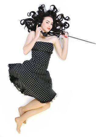 repondre au telephone: fille de belle jeune femme parler sur un ancien t�l�phone isol�e sur blanc en studio  Banque d'images
