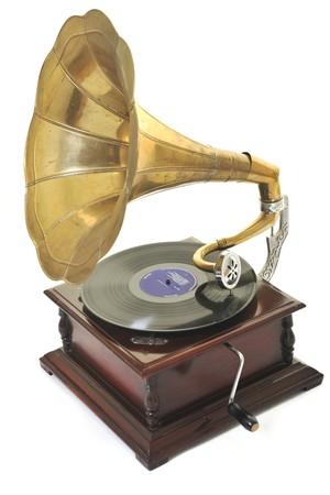 cuernos: Retro gram�fono viejo con altavoz de cuerno para reproducir m�sica sobre placas aislados en blanco en estudio  Foto de archivo