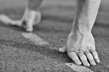 startpunt: gezonde jonge man aan de start lijn lopen wed strijd en win