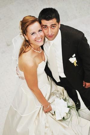 glücklich junge und schöne Braut und Bräutigam auf Hochzeit Party im freien