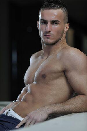 hombres musculosos: j�venes saludables buen aspecto hombre macho modelo atleta en la piscina cubierta del hotel  Foto de archivo
