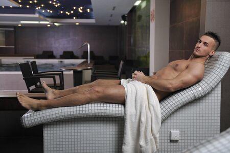 sauna nackt: glücklich gut aussehend und attraktive junge Mann mit muskulösen Körper Entspannung in Sauna heiß