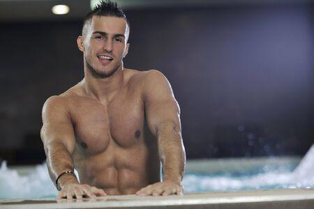 hombre flaco: j�venes saludables buen aspecto hombre macho modelo atleta en la piscina cubierta del hotel  Foto de archivo