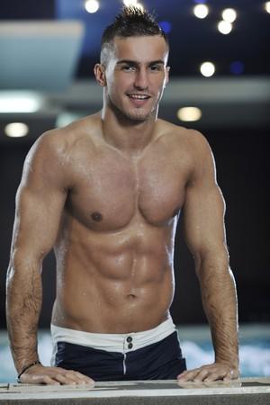 hombre fuerte: j�venes saludables buen aspecto hombre macho modelo atleta en la piscina cubierta del hotel  Foto de archivo