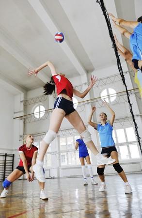 sport gioco pallavolo con un gruppo di giovani ragazze belle indoor Arena dello sport Archivio Fotografico
