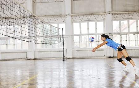 pallavolo: sport gioco pallavolo con gruppo di giovani ragazze belle indoor in sport arena Archivio Fotografico