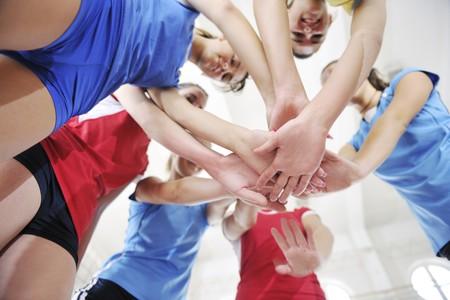 voleibol: deporte juego de voleibol con grupo de hermosas muchachas interiores en la arena de deporte