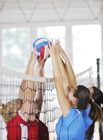 ballon volley: volley-ball jeu sport avec un groupe de jeunes filles belles int�rieures en sport arena