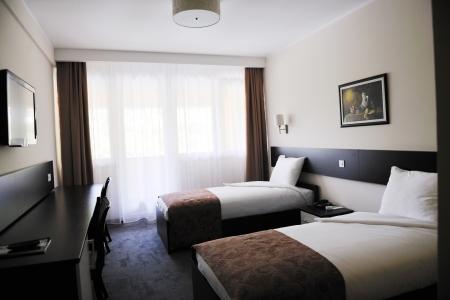 hospedaje: interior de habitaci�n de hotel brillante y limpio con mobiliario moderno  Foto de archivo