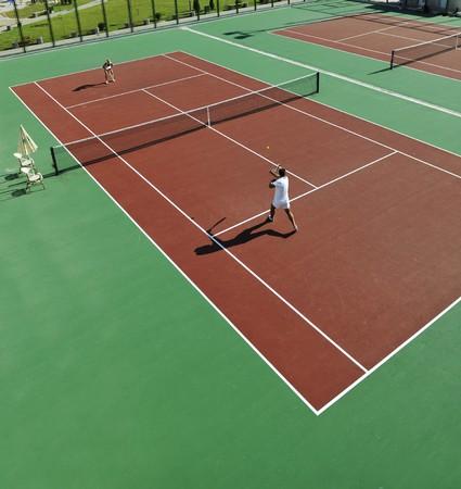 tenis: feliz pareja joven jugar tenis juego al aire libre hombre y mujer