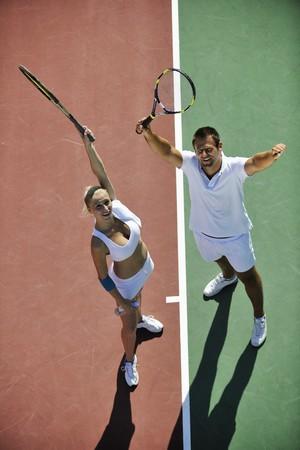 lucifers: gelukkig jong koppel speel tennis spel outdoor man en vrouw