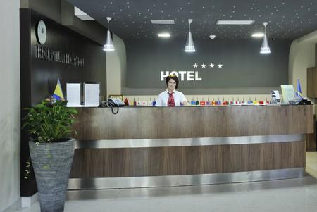 hotel reception: l�chelnd gesch�ftsfrau an der Rezeption arbeiten