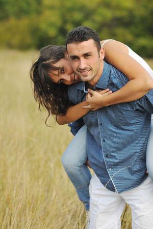 feliz pareja joven romántico tiempo al aire libre mientras sonriente y abrazo