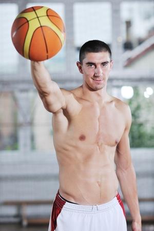 hombre de gente joven y saludable tener recreación y capacitación ejercicio mientras juego de baloncesto en el hall de deporte gimnasio interior