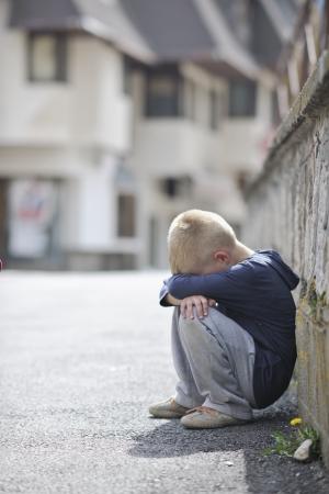 crying boy: ni�o solo triste e infeliz llorar y tiene el problema de la emoci�n en la calle