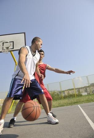 long shots: gioco di basket streetball con due giovane giocatore alle prime ore del mattino sulla Corte di citt� Archivio Fotografico