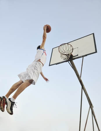練習やバスケット ボール、スポーツ選手の概念のポーズのバスケット ボール選手