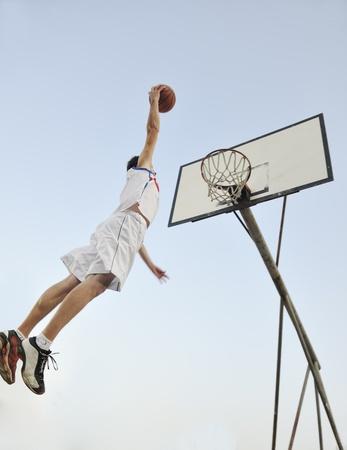 연습 하 고 농구와 스포츠 선수 개념을 위해 포즈를 취하는 농구 선수