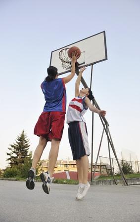 canestro basket: giocatore di basket di donna hanno treining ed esercitare a basket alla citt� sulla strada Archivio Fotografico