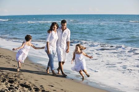 familia viaje: familia de joven feliz en el vestido blanco divertirse en vacaciones en Playa Hermosa