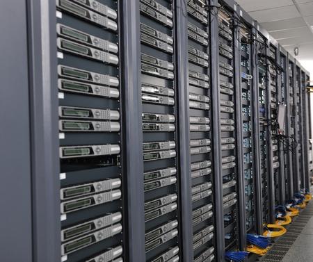 rechenzentrum: Network Server Internetraum mit Computer-Racks und digital-Receiver f�r digital-tv