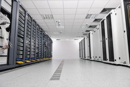 réseau serveur Salle Internet avec les ordinateurs racks et le récepteur numérique pour la télévision numérique
