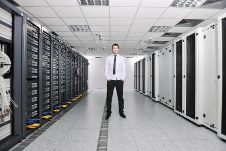 rechenzentrum: Junge handsome Business Man Engeneer im Datacenter Server-Raum  Lizenzfreie Bilder