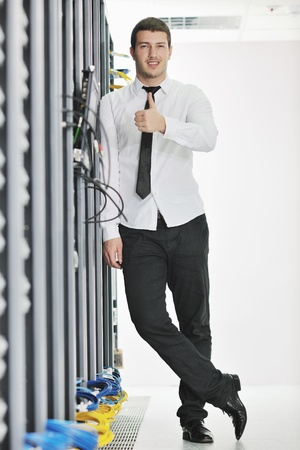 engeneer de hombre de negocios apuesto joven en sala de servidores de centro de datos  Foto de archivo - 8437136