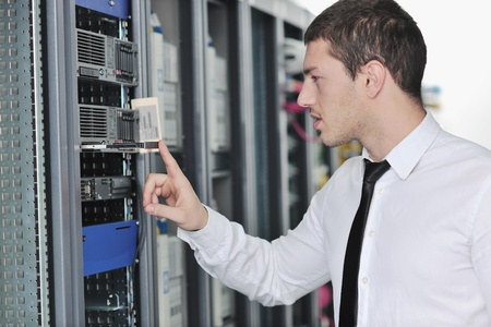 Junge handsome Business Man Engeneer im Datacenter Server-Raum  Lizenzfreie Bilder - 8437156