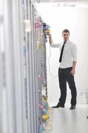 engeneer de hombre de negocios apuesto joven en sala de servidores de centro de datos  Foto de archivo - 8437093