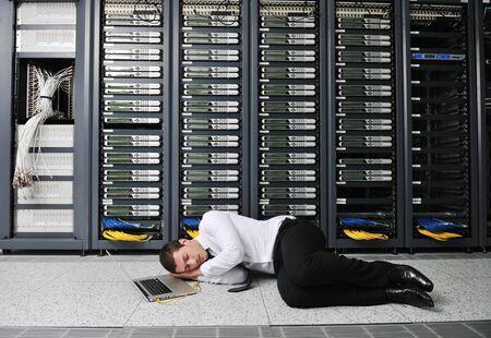 katastrophe: Business-Mann in Netzwerk-Server-Raum haben Probleme und suchen nach Disaster-L�sung