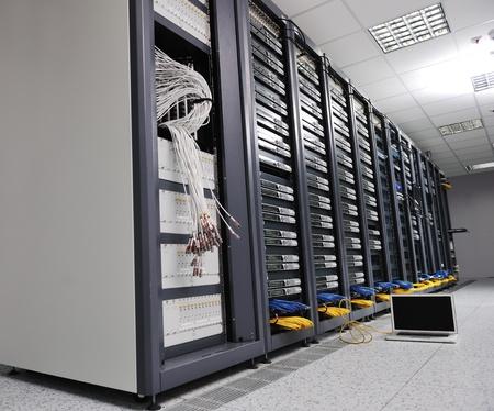 rechenzentrum: moderne Aluminium-thin Laptop-Computer am Netzwerk Serverraum, das Konzept von Control und remote-Zugriff und Unterst�tzung darstellt