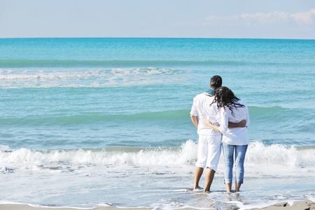 romantico: feliz pareja joven en ropa blanca tiene esparcimiento rom�ntica y diversi�n en la hermosa playa de vacaciones
