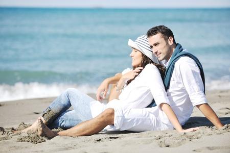 parejas romanticas: feliz pareja joven en ropa blanca tiene esparcimiento romántica y diversión en la hermosa playa de vacaciones