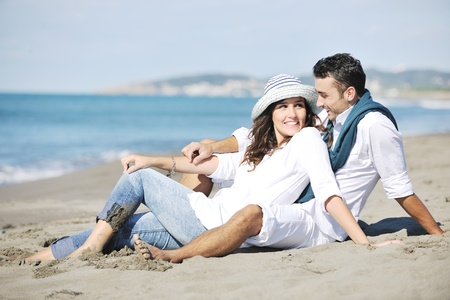 romantique: Happy jeune couple en v�tements blancs ont romantique de loisirs et de plaisir � la magnifique plage sur les vacances