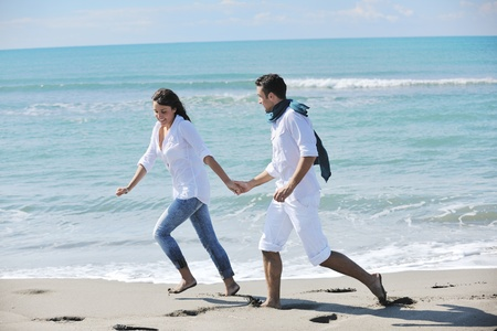 feliz pareja joven en ropa blanca tiene esparcimiento romántica y diversión en la hermosa playa de vacaciones Foto de archivo - 8778473