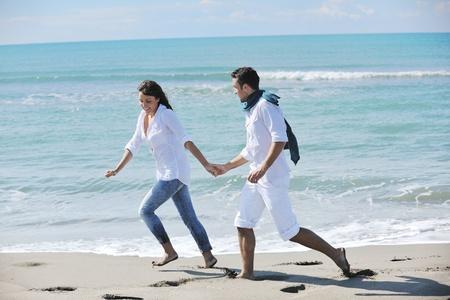 feliz pareja joven en ropa blanca tiene esparcimiento rom�ntica y diversi�n en la hermosa playa de vacaciones Foto de archivo - 8778473