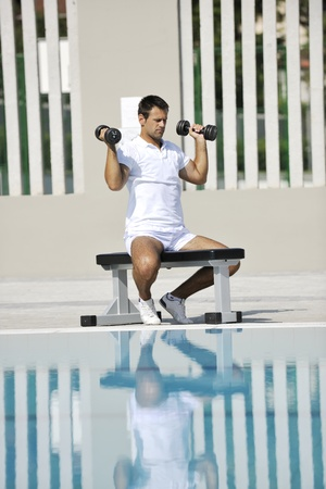 hombre deportista: ejercicio de hombre joven atleta saludable en piscina