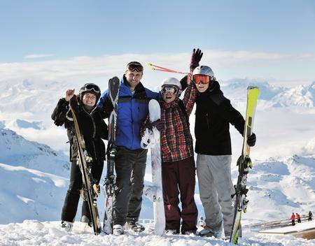Grupo de gente feliz divertirse en la nieve en invierno en la montaña con cielo azul y aire fresco Foto de archivo - 9089743