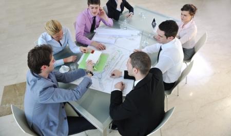 architect: Grupo de equipo de negocios de arquitecto personas en reuni�n busca modelo y dise�o de la nueva casa de bienes ra�ces