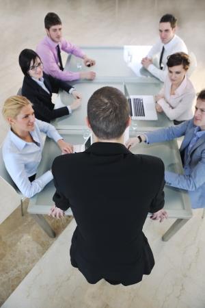 Groupe de gens heureux jeune entreprise ont une réunion à la salle de conférence et argumenter sur les plans et les nouvelles idées Banque d'images