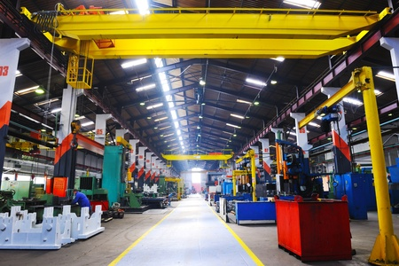 industriale: ferro di fabbrica industria funziona in acciaio e parti di macchina moderna sala coperta per Assemblea