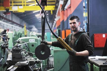 siderurgia: la gente de ingenier?manofacturing industria con equipo grande y moderna sala de la empresa i mashines