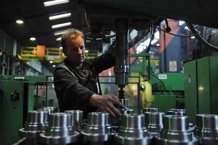 manufactura: Ingenier�a industria de manofacturing de personas con gran equipo moderno mashines i empresa hall