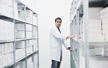 uniforme medico: m�dico f�brica proporciona almacenamiento interior con personas de los trabajadores