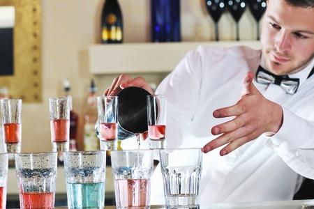 camarero Pro preparar coctail bebida y que representa el concepto de evento de vida nocturna y partido